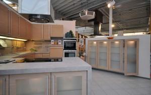 Holzküche: Blick in die Küchenausstellung.